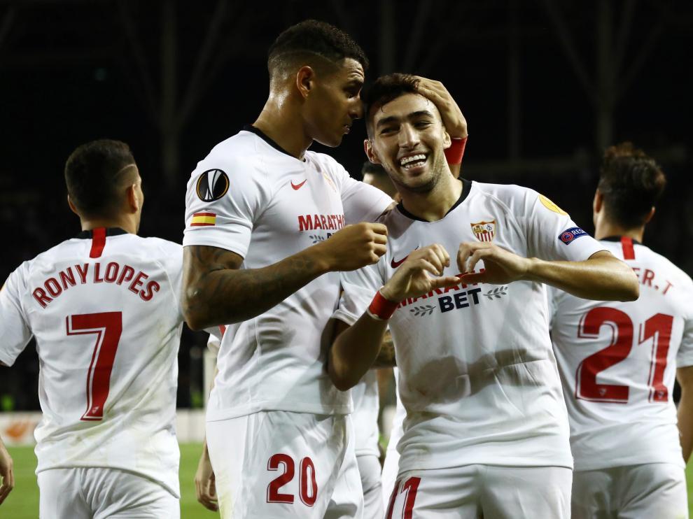 Munir El Haddadi celebra su segundo gol con sus compañeros del Sevilla.