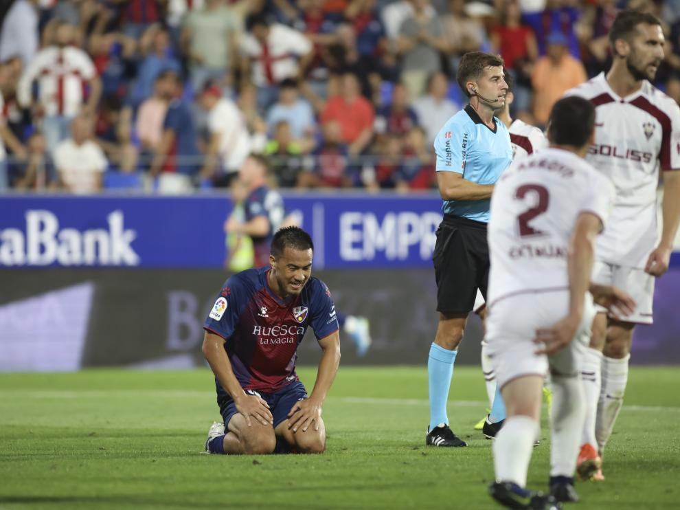 Okazaki lamenta de rodillas una ocasión fallada ante el Albacete.