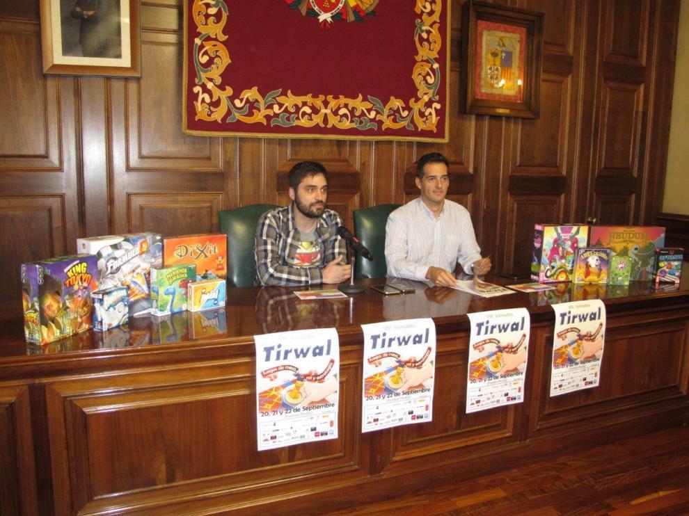El organizador de las Jornadas, Marcos Valle, la izquierda, con el teniente de alcalde, Ramón Fuertes.