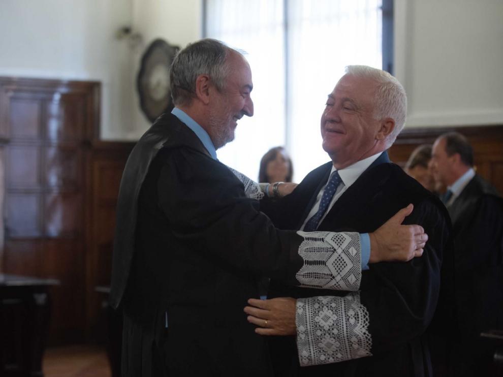 El magistrado Carlos Lasala (a la derecha) felicitado por su padrino Rubén Blasco, ayer en una sala del Tribunal Superior de Justicia de Aragón.