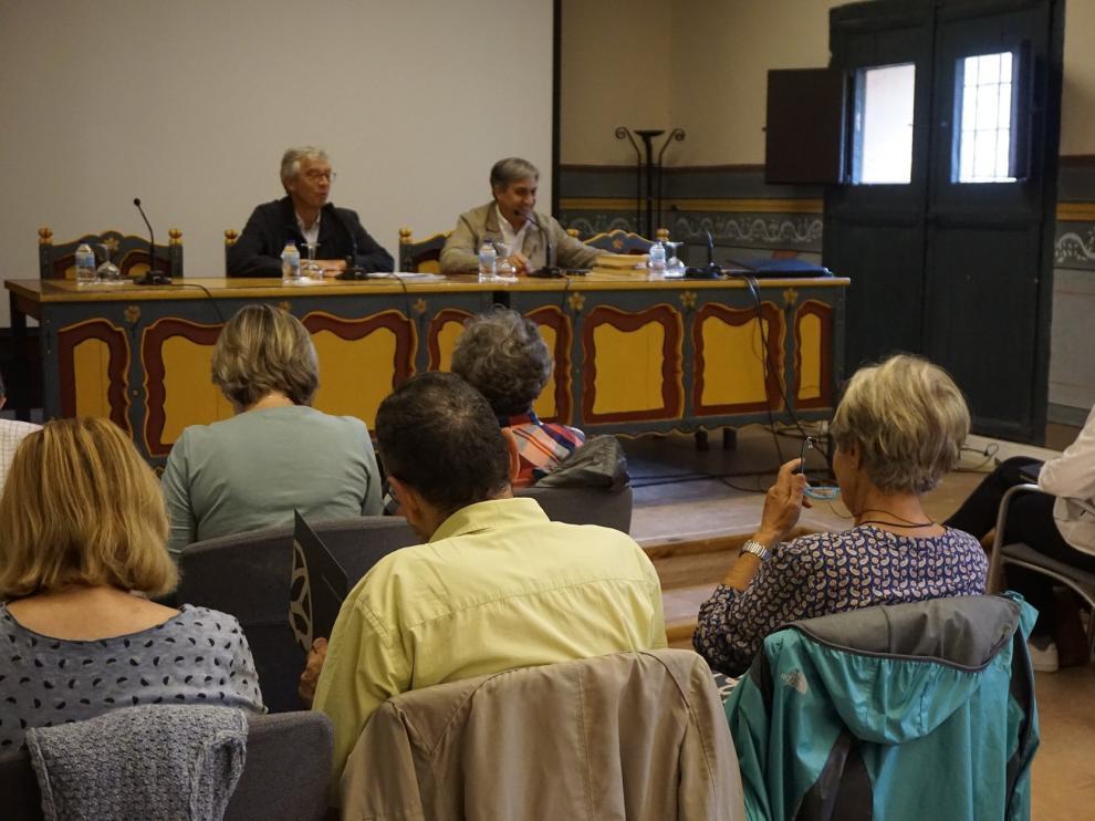 Antonio Jiménez y José Luis Corral se dirigen al público asistente al curso en la Fundación Santa María.