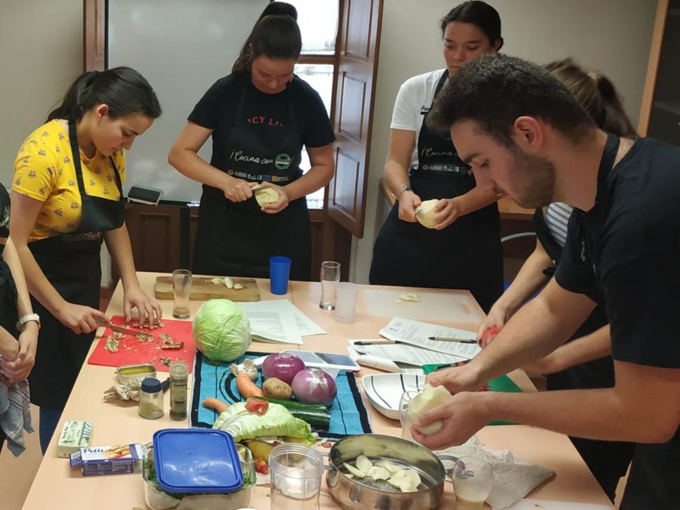 Diez jóvenes participaron en el taller de cocina.