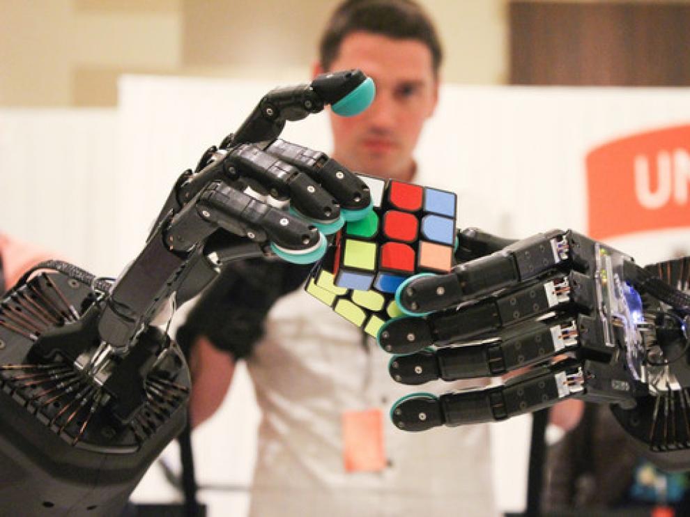 Los científicos se han propuesto crear manos robóticas que imiten a la perfección a las humanas.