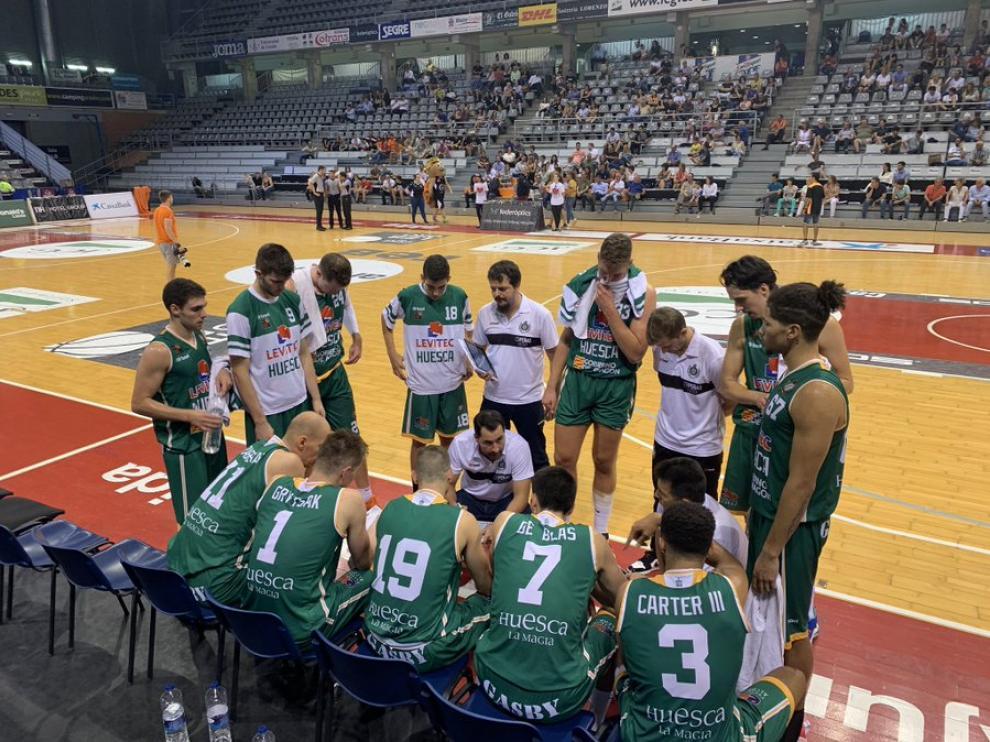 Guillermo Arenas da instrucciones a sus jugadores durante el partido en Lérida.