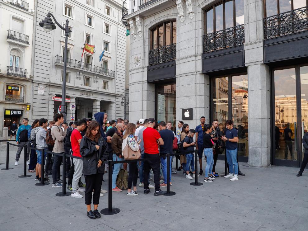 Una fila de gente espera para comprarse el nuevo Iphone 11 en la tienda de Apple de la puerta del Sol de Madrid.