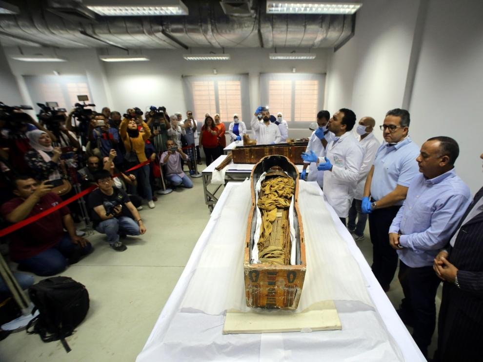 Cairo (Egypt), 21/09/2019.- Egyptian archaeologists prepare to remove two sarcophagi of the ancient Egyptian mummies of Sennedjem and his wife at the National Museum of Egyptian Civilization (NMEC) in Cairo, Egypt, 21 September 2019. It is said that Sennedjem was an overseer of workers at the Deir Al-Medina necropolis in Luxor some 3,400 years ago. The coffins of Sennedjem and his wife were previously exhibited at the Egyptian Museum in Tahrir among a funerary collection found inside his tomb discovered in 1886. Both coffins are painted anthropoid coffins. (Egipto) EFE/EPA/KHALED ELFIQI Egyptian mummy of Sennedjem at National Museum of Egyptian Civilization