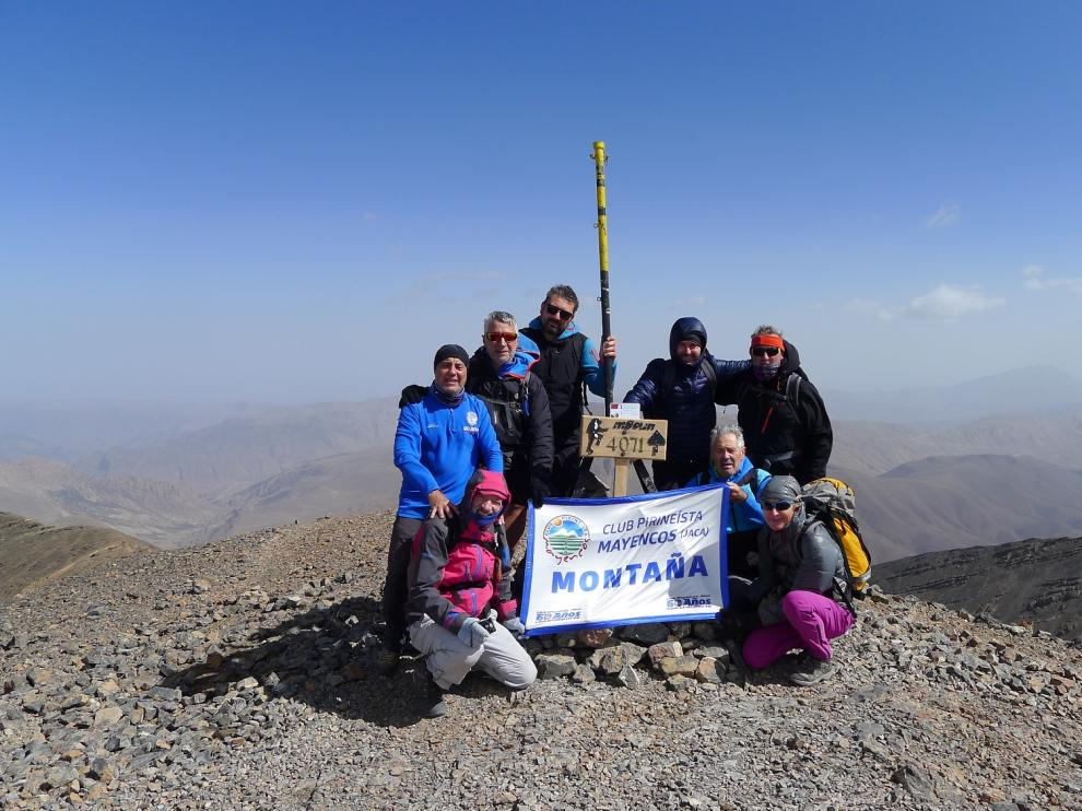 Foto de grupo de Mayencos en la cima de una de sus últimas actividades, el Mgoun, en el Atlas marroquí.