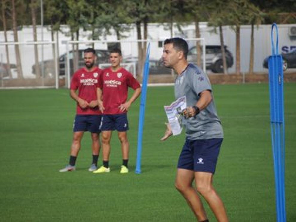Míchel Sánchez da instrucciones durante el entrenamiento a puerta cerrada de este sábado.