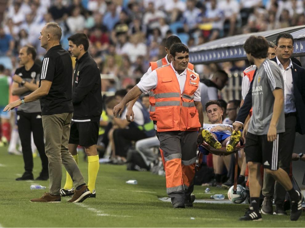 Momento en el que Vigaray es retirado en camilla tras la rotura muscular que sintió en el muslo derecho. Era el minuto 59 del partido ante el Lugo.