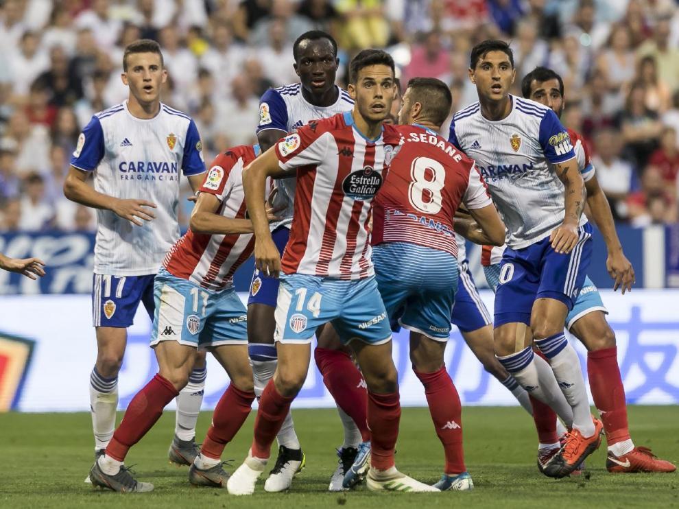 Dwamena, Grippo y Nieto buscan posición en un córner a favor del Real Zaragoza en el partido de este sábado ante el Lugo.