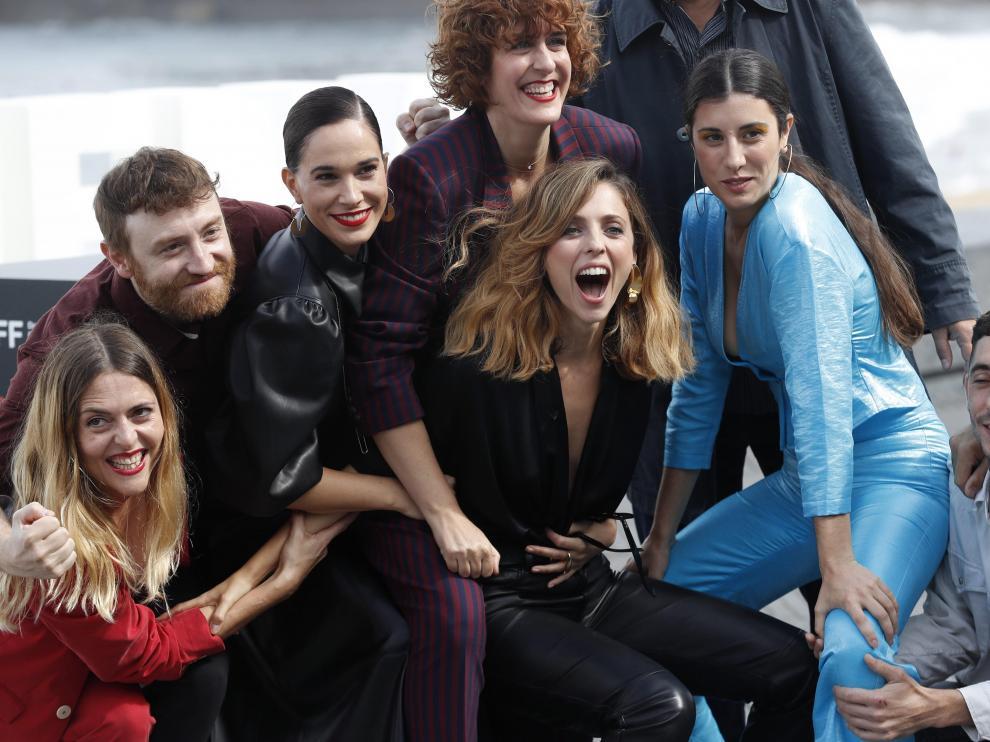 La directora y actriz Leticia Dolera y las coordirectoras Elena Martín y Ginesta Guindal posan junto a los actores de la 'Vida perfecta' en San Sebastián.