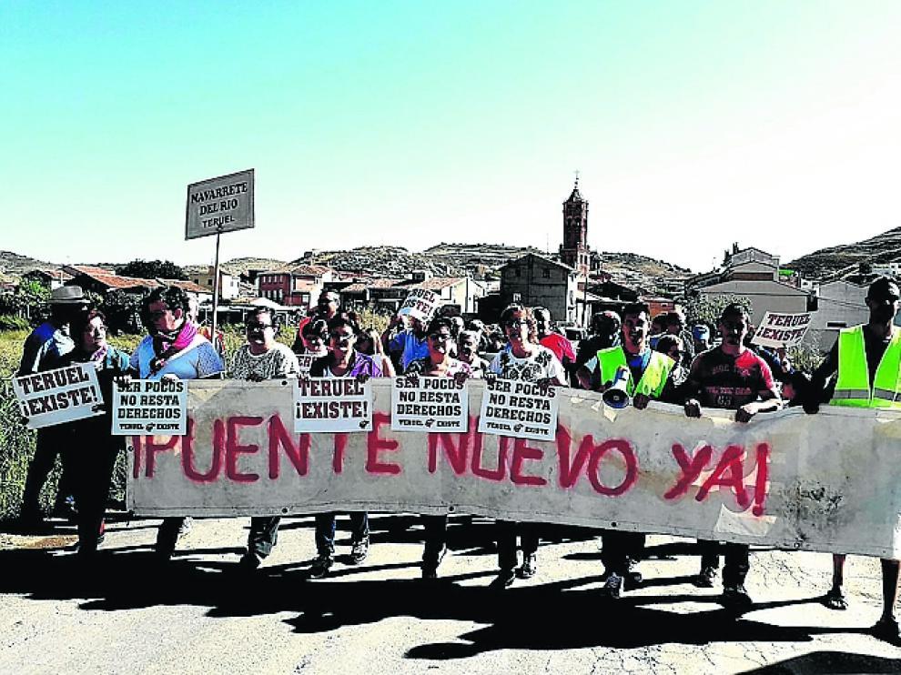 Los manifestantes, al partir de pueblo en dirección a la vía.