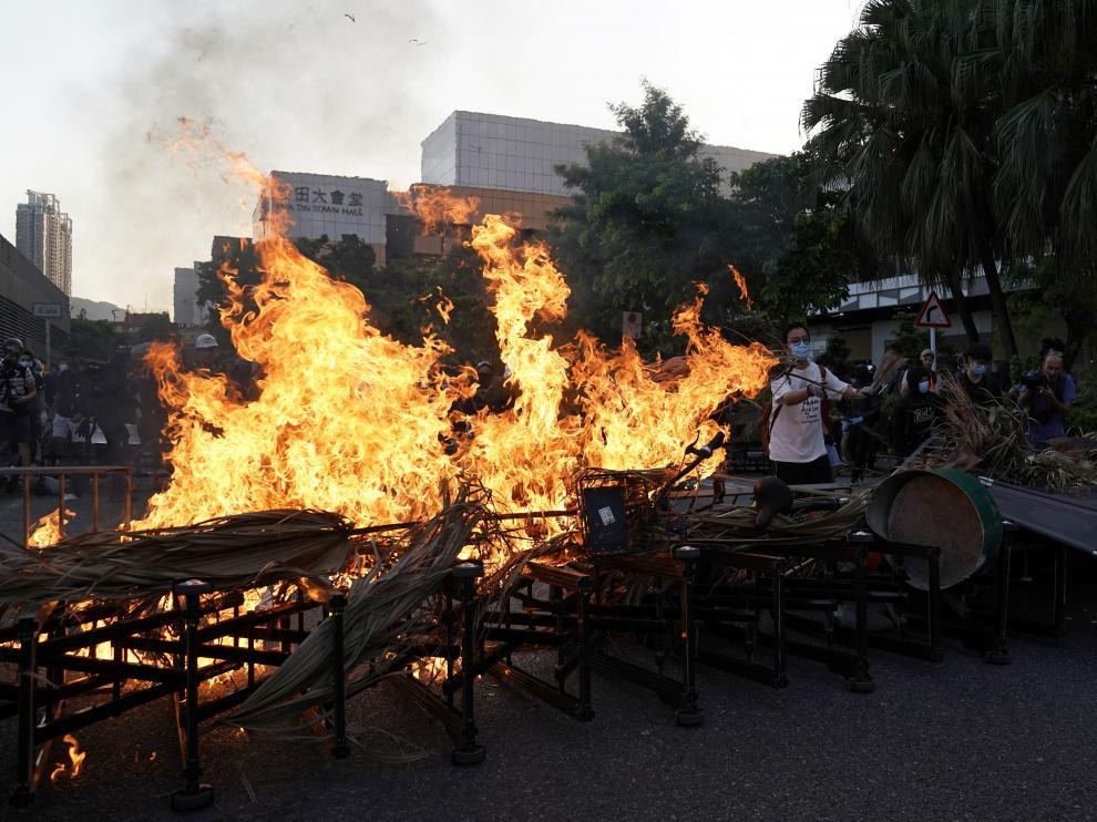 Los manifestantes han prendido fuego a una barricada en las protestas en Hong Kong.
