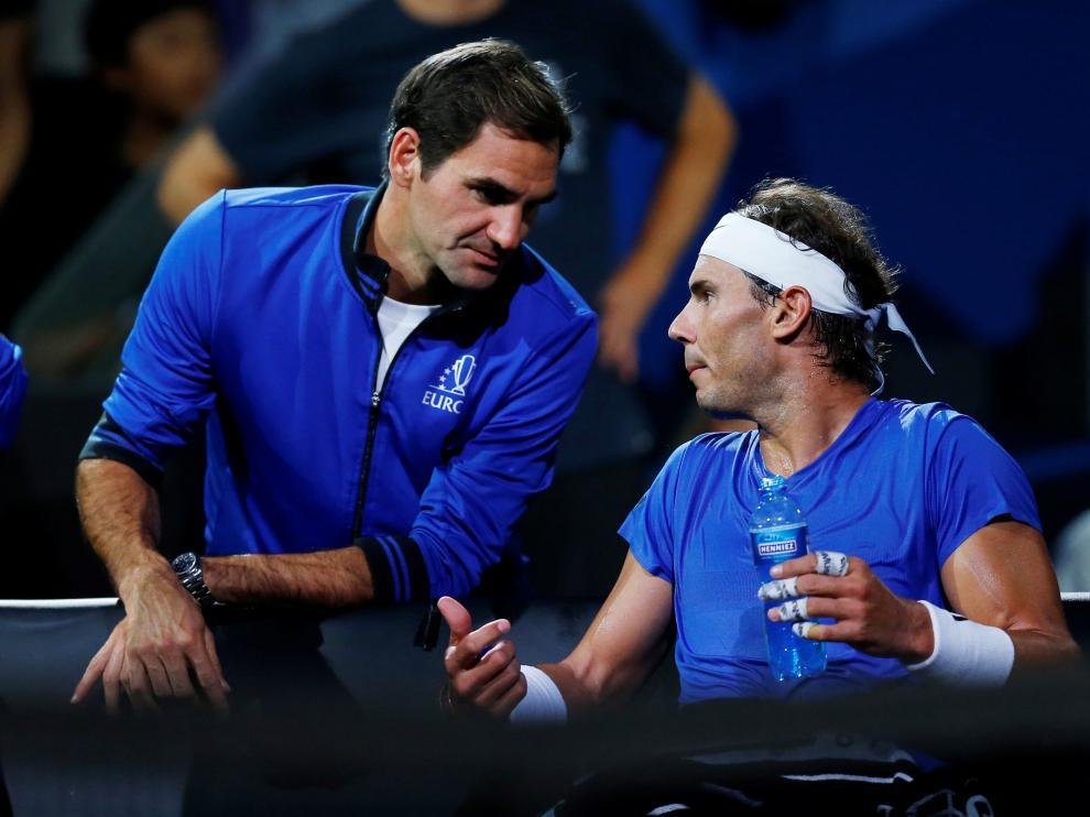Roger Federer y Rafa Nadal conversan durante un partido de la Copa Laver.