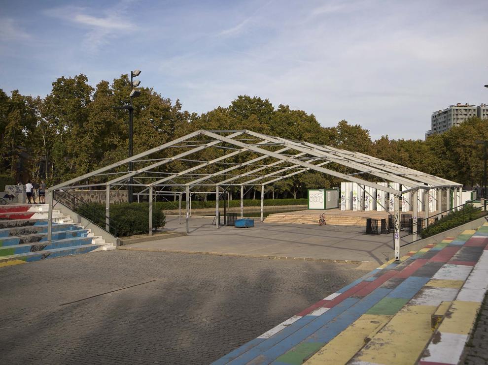 Estado de la estructura, en el parque de Las Delicias, donde permanece desde las fiestas del barrio.