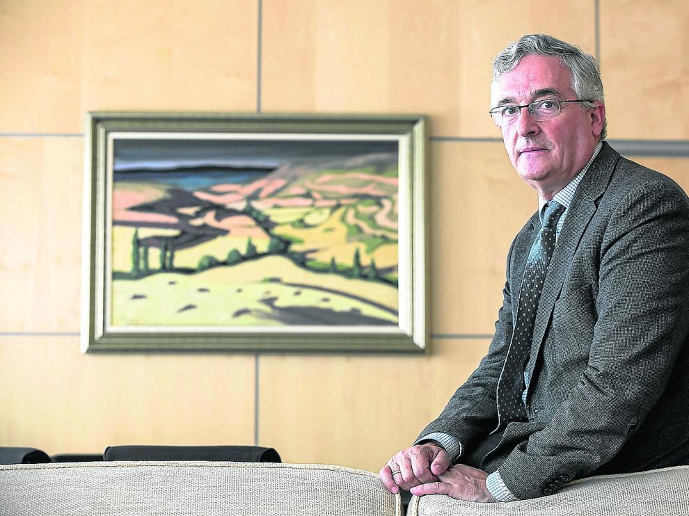 Joaquín Olona, consejero de Agricultura, Ganadería y Medio Ambiente, en su despacho del edificio de San Pedro Nolasco en Zaragoza.