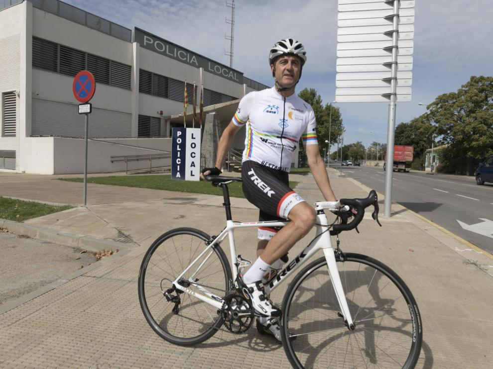 El subispector Míchel Pascual, con su maillot de campeón del mundo frente al cuartel de la Policía Local de Huesca.