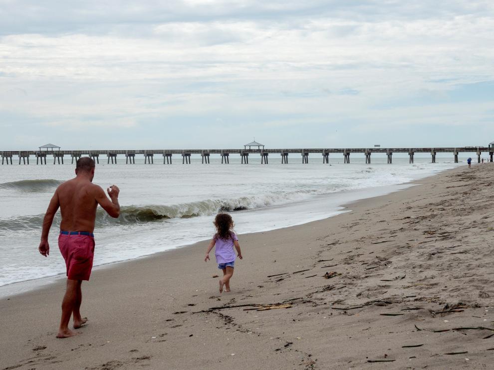 Caminando junto al océano en una playa de Florida.