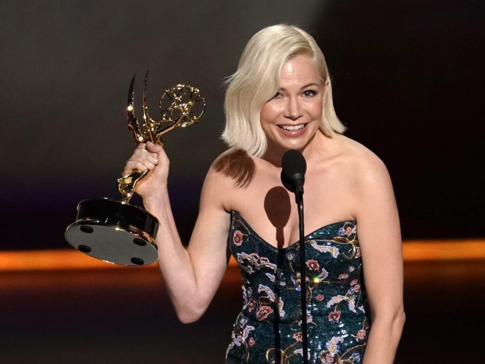 Michelle Williams recogiendo el Emmy a la mejor actriz.