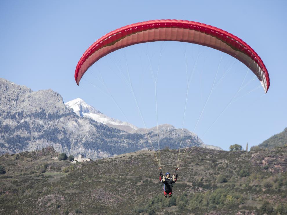 Un parapente biplaza se aproxima a la zona de aterrizaje de La Lleva, en Castejón de Sos