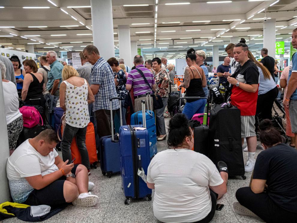 Turistas británicos esperan en el aeropuerto de Mallorca tras la quiebra de Thomas Cook, este lunes.
