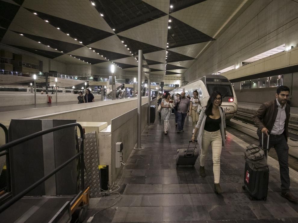 Unos pasajeros del AV City llegan a Zaragoza en el primer viaje del nuevo tren Alvia el pasado martes día 17.