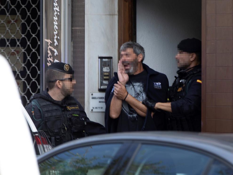 Uno de los detenidos, escoltado por la Guardia Civil