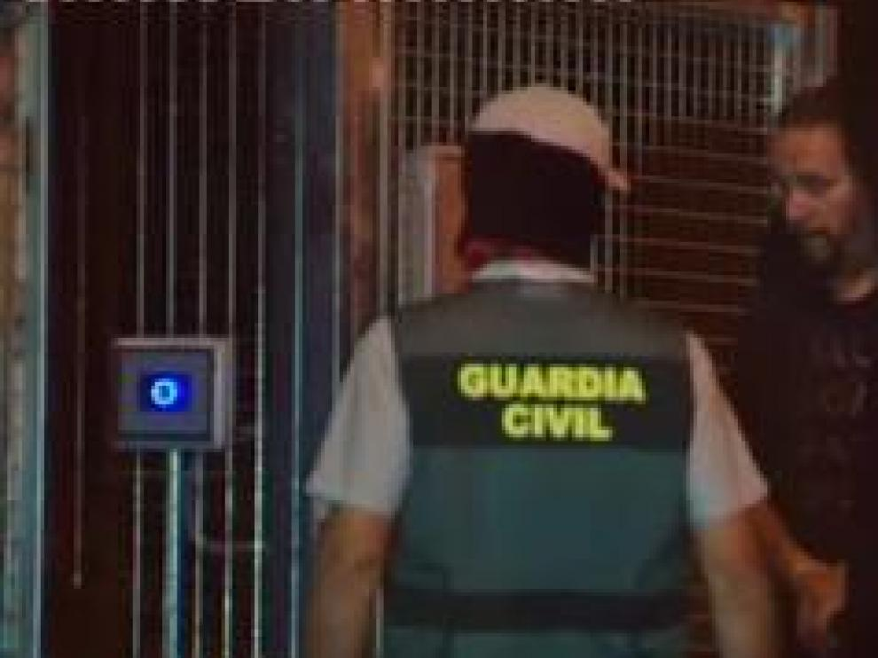 Primera noche en la comandancia de la Guardia Civil de Tres Cantos, Madrid, para siete de los nueve miembros de los CDR detenidos ayer en Barcelona. Dos de los arrestados han quedado en libertad con cargos. El resto pasará, en las próximas horas, a disposición de la Audiencia Nacional. Están investigados por terrorismo, rebelión y tenencia de explosivos.