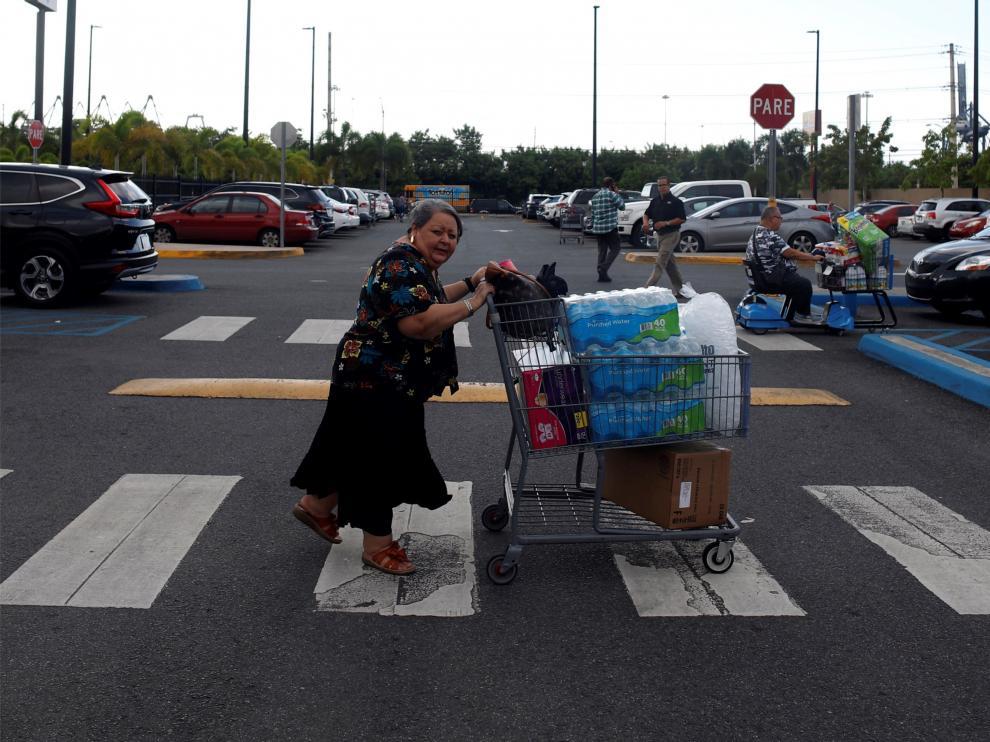 Ciudadanos se abastecen de víveres, agua y comida, antes de la llegada de la tormenta a Puerto Rico.