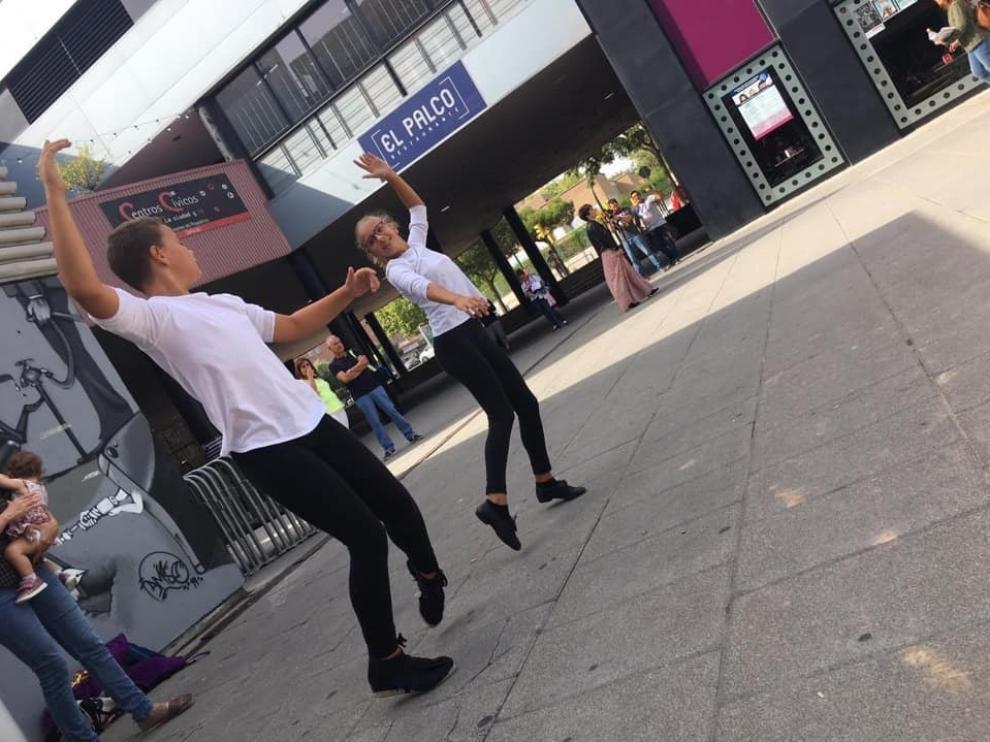 Dos jóvenes bailadores, momentos antes de entrar a la prueba previa del Certamen de Jota.