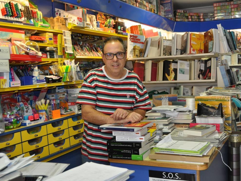 Octavio Serret, ayer, en el interior de su librería en Valderrobres.