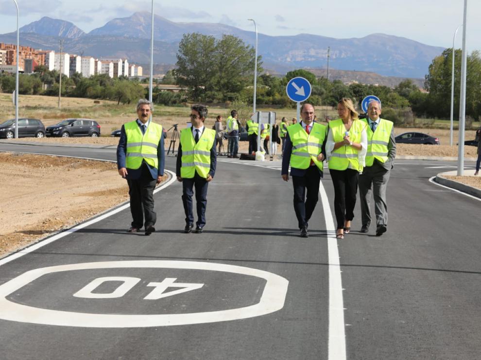 El presidente del Gobierno de Aragón junto al alcalde Huesca y otras autoridades recorren el nuevo vial