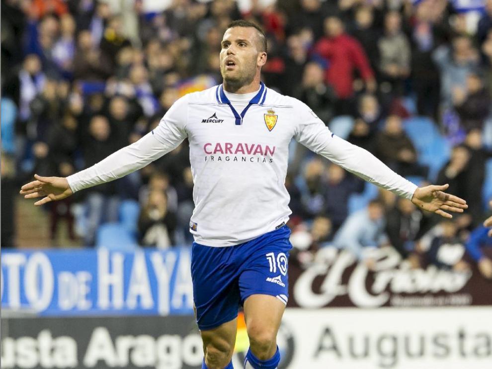 Alfredo Ortuño celebra un gol con el Real Zaragoza en La Romareda, en la media temporada que jugó con el equipo aragonés: la primera vuelta de la liga 2015-16. Era noviembre, contra la Ponferradina.