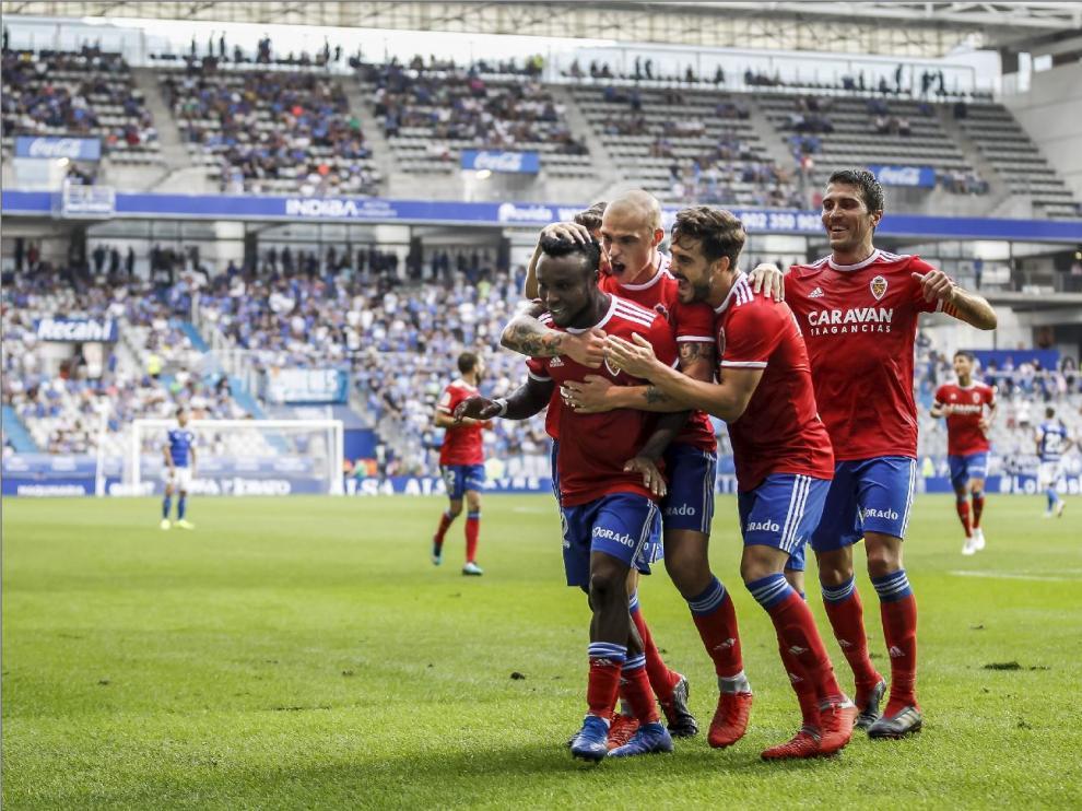 Igbekeme, Pombo, Ros, Zapater... el equipo zaragocista celebraba así el tercer gol anotado el año pasado en Oviedo (0-4 fue el marcador final), obra del nigeriano.