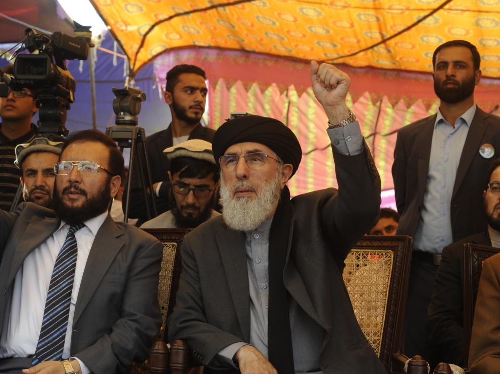 Hekmatyar levantando el puño