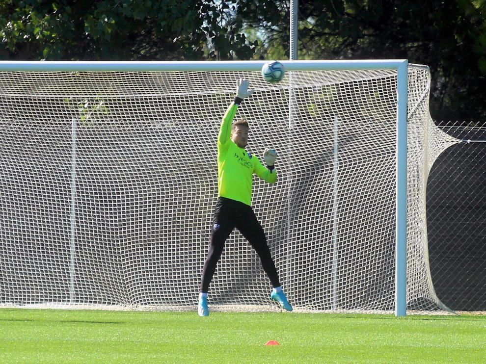 Álvaro Fernández realiza una parada en el entrenamiento de este jueves.