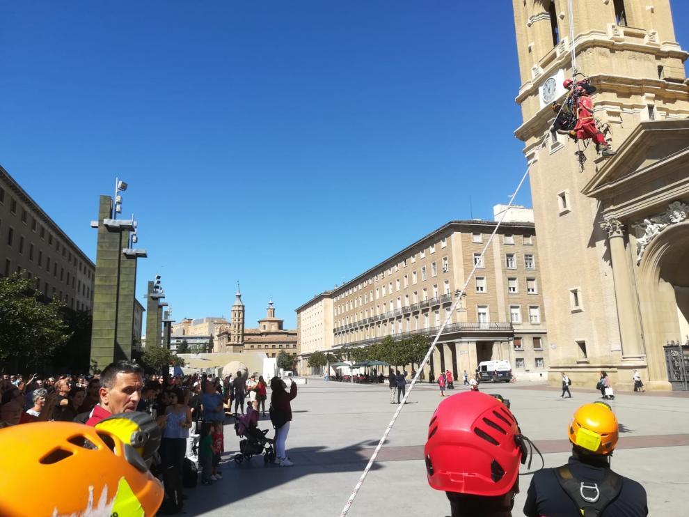 El 'herido' llega a la plaza del Pilar tras su recorrido de 400 metros desde Macanaz.