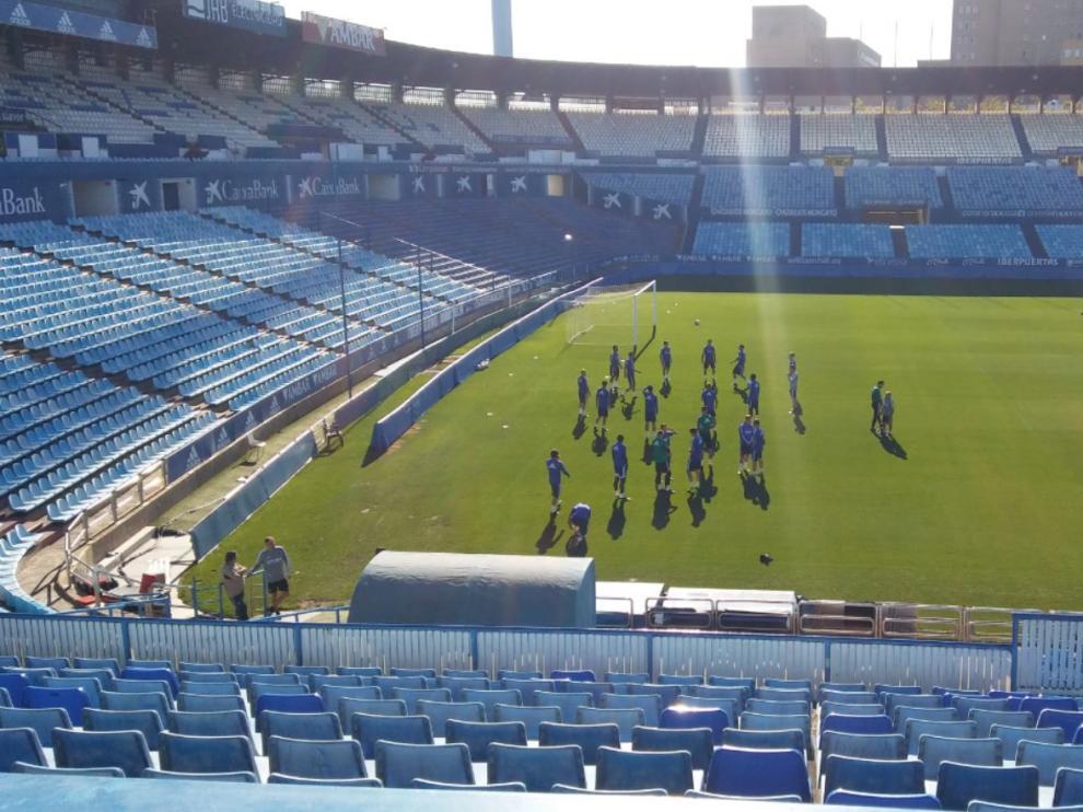 La plantilla del Real Zaragoza, al inicio del entrenamiento extraordinario de este jueves en el estadio de La Romareda.