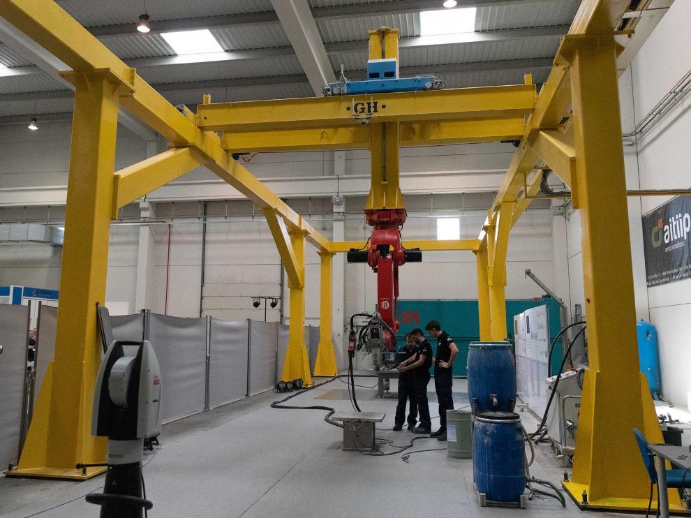 Tres operarios revisan el funcionamiento de la impresora 3D, este miércoles en la sede de Aitiip