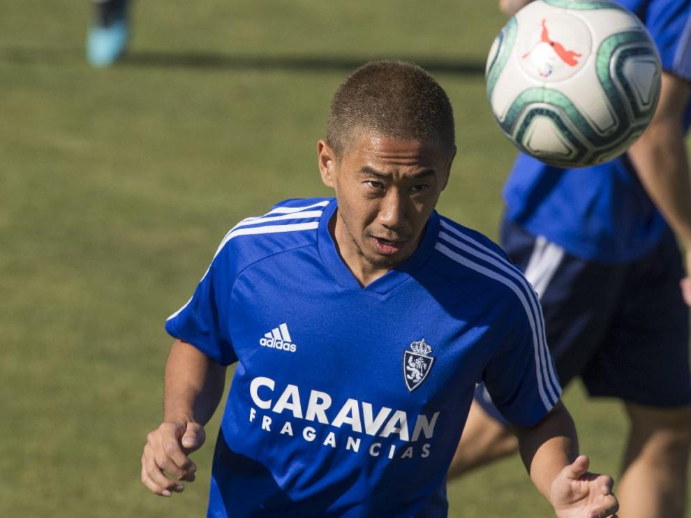 Kagawa golpea el balón con la cabeza en el entrenamiento.