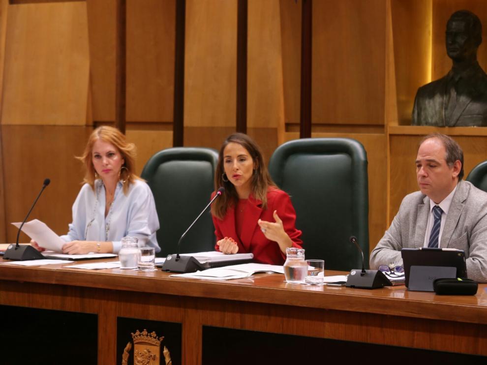 La concejala de Hacienda, María Navarro -en el centro-, durante la comisión de este jueves.