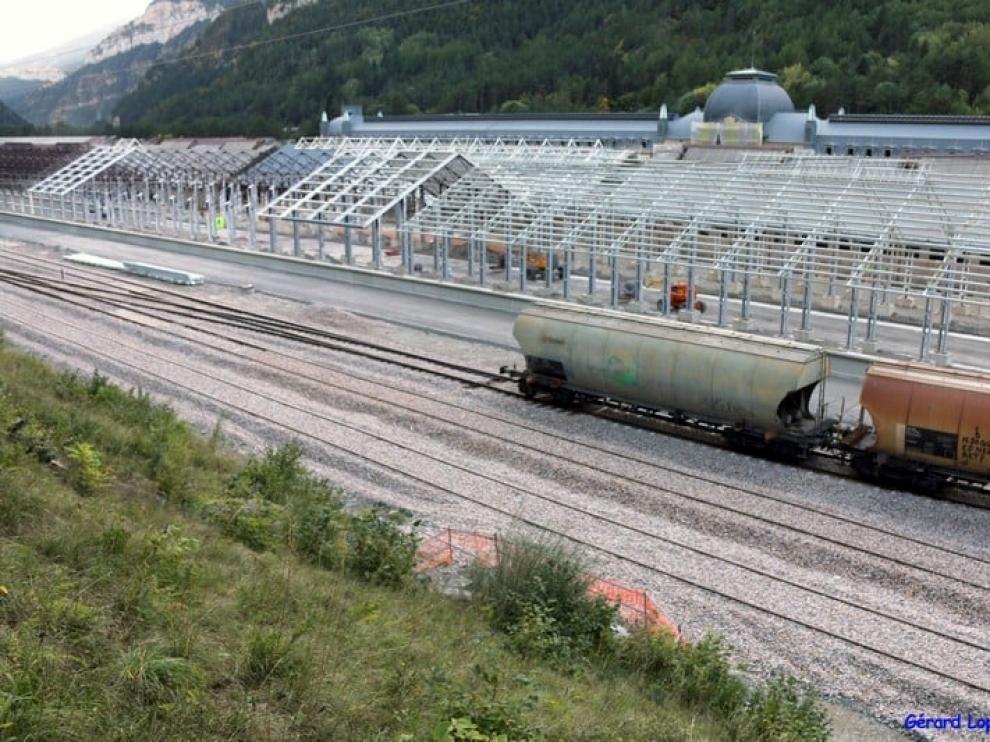 Imagen de la nueva estación de Canfranc en obras que tendrá un tejado de aluminio.