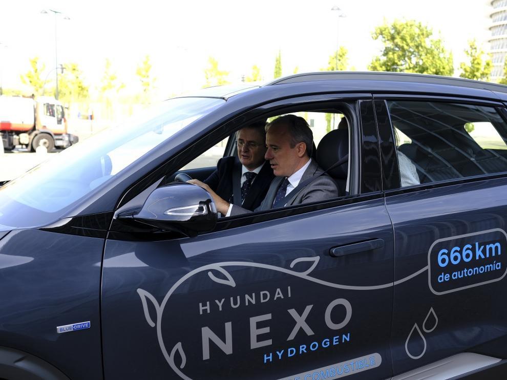 El alcalde de Zaragoza, Jorge Azcón, al volante de un Nexo.