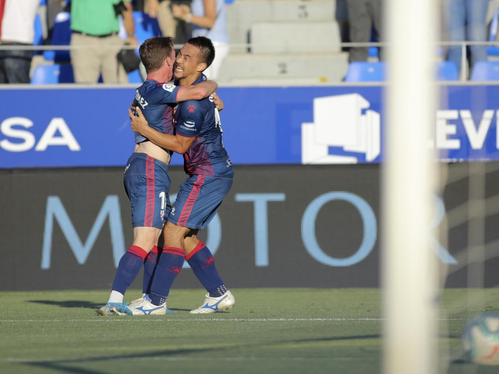 Okazaki se abraza con Sergio Gómez tras marcar el gol al Girona.