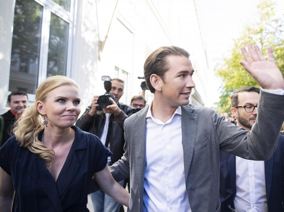 Vienna (Austria), 29/09/2019.- Sebastian Kurz (R), leader of Austrian People's Party (Oevp) and OeVP top candidate for the Austrian federal elections, and his girlfriend Susanne Thier (L) leave a polling station after casting their votes during the Austrian federal elections in Vienna, Austria, 29 September 2019. (Elecciones, Estados Unidos, Viena) EFE/EPA/CHRISTIAN BRUNA Austrian federal elections