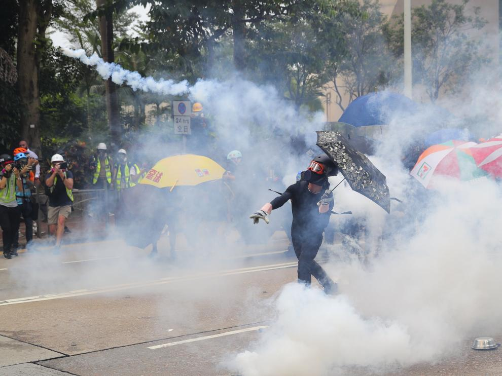 Hong Kong (China), 29/09/2019.- Anti-government protesters throw tear gas canisters back toward the police officers during a Global Anti Totalitarianism Rally in Hong Kong, China, 29 September 2019. Hong Kong has entered its fourth month of mass protests, originally triggered by a now suspended extradition bill to mainland China, that have turned into a wider pro-democracy movement. (Protestas) EFE/EPA/FAZRY ISMAIL Global anti-totalitarianism march in Hong Kong