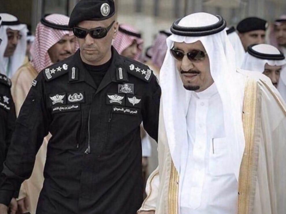 Uno de los guardaespaldas del rey Salman de Arabia Sauí muere asesinado a tiros.
