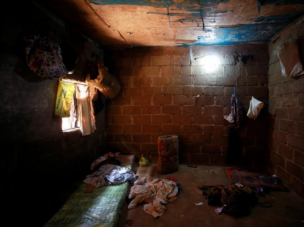 El interior de un edificio donde cientos de personas permanecían en cautiverio en Nigeria.
