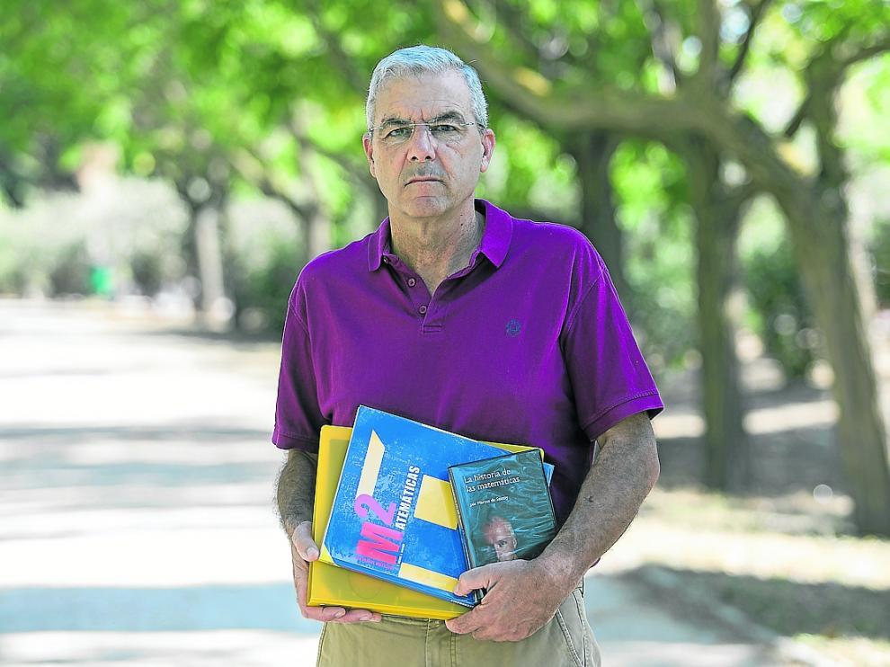 Fernando de la Cueva, este lunes, con el libro de Matemáticas (azul) que ha repartido y otros materiales.