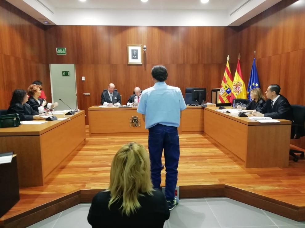 El acusado, Jorge L., delante de la acusada, Desiré A. (sentada), durante el juicio en la Audiencia.